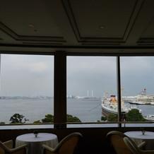 新郎新婦席の奥。横浜の海が一望できます。