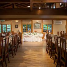 内装に合わせた木のテーブルと椅子