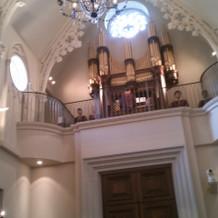 オルガン奏者や聖歌隊は後方にいます