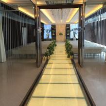 エレベーターから続くバージンロード