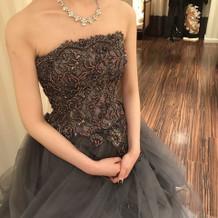 グレーのドレス。ビジューたっぷりです。
