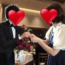 ゲストからバラを受け取っているところ