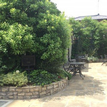 チャペル入り口の庭園