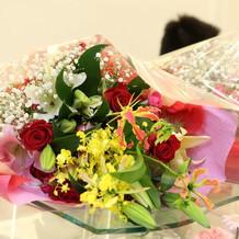 両親へ花束贈呈