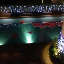 夕方にはテラスのプールが窓から見える