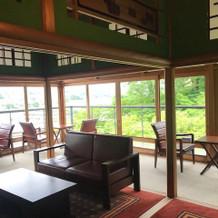 金沢市内が一望できる、開放的な待合室