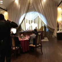 披露宴会場は天井が高く広いです。