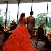 サーモンピンクのカラードレス