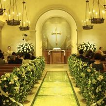 教会内バージンロード写真