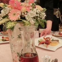 テーブル装花の花瓶も可愛らい。