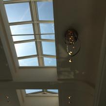 挙式会場の天井は吹き抜けになっています