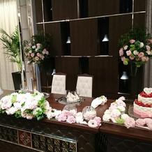 ケーキのテーブルにも装花があるのが素敵