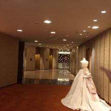 エレベータホールも紙吹雪イメージが。。。