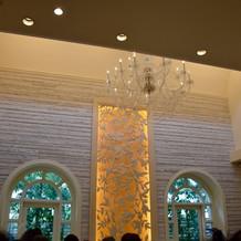 祭壇の壁がおしゃれできれいです