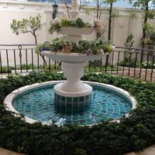 チャペル入口にあり噴水
