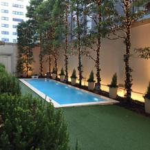 披露宴会場に面しているお庭のプール