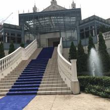 フラワーシャワーが出来る外階段