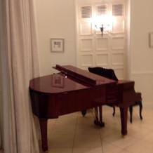 披露宴会場にあるピアノ