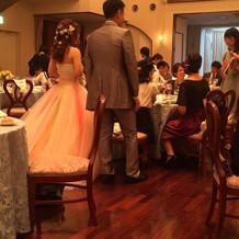 式場内でみたカラードレス。