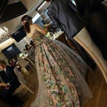 お気に入りのカラードレスは蜷川美花さんの