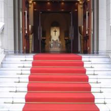 チャペルから外へつながる階段