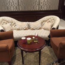 披露宴会場前室のソファ