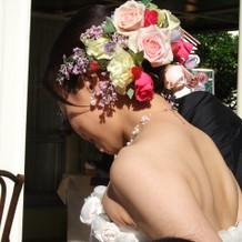 髪は生花で飾りました