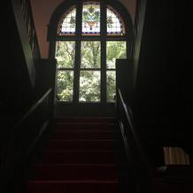 ステンドグラスと赤絨毯