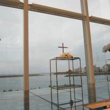 ガラス張りで目の前に海です