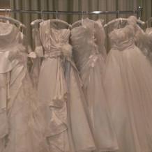 たくさんのウェディングドレス