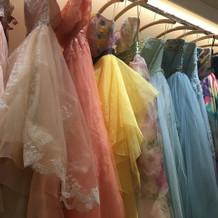 ドレスサロン内にあったカラードレス。