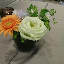 平日ですが試食の食卓には生花が