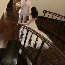 階段を下りてゲストにご挨拶