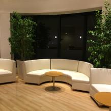控室はくつろげるソファーがありました