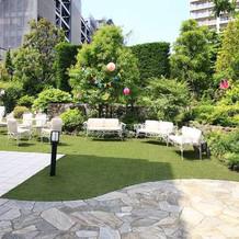 披露宴会場1つにつき1つ庭がつく。