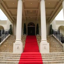 赤い絨毯の階段は印象的。