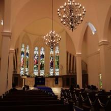 式場は天井が高く記憶に残る雰囲気。