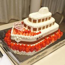 船の形のウエディングケーキ