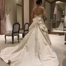シンプルなタフタのドレスです。