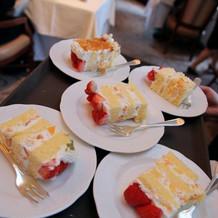 切り分けられたウェディングケーキ達。