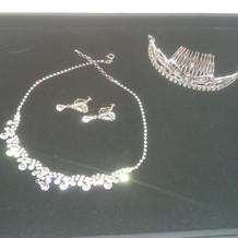 ティアラとネックレスとイヤリング。