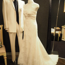 ウエディングドレスとタキシードの展示
