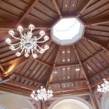 天井からも光が差し込んでいて明るい