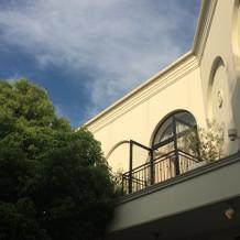 中庭に向かって作られた2階のテラス