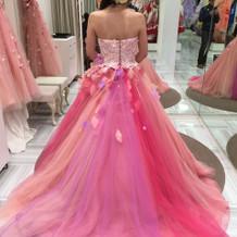 ピンクのグラデーションのカラードレス