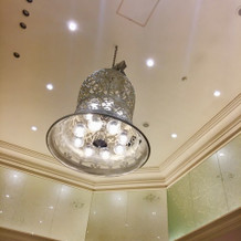 披露宴会場の天井は高いです。