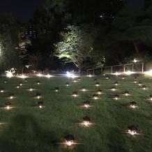 夜になるとお庭のランタンが綺麗