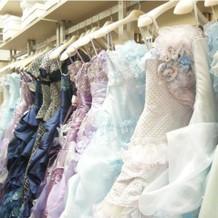 衣装室のカラードレス