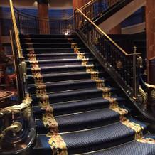 本ホテル自慢の素敵なロビー階段