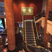 2階吹き抜け部よりロビーを臨む&階段